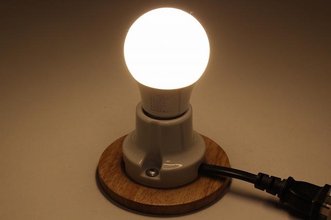 ダイソーの40W形をDC12Vで光る電球に改造しようと思います。情報によると、6V程度で光るSMD,LED が8個使われているということなので、2直4並に組み直して使います。